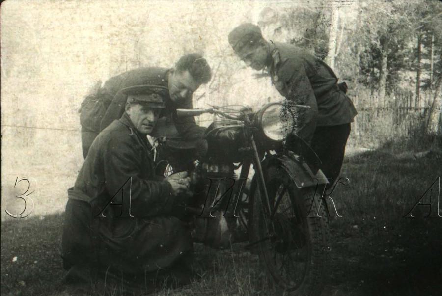 Трое у мотохикла копия