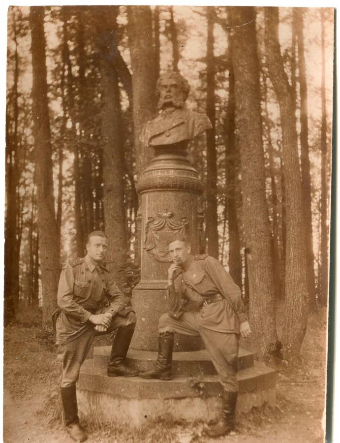 у памятника вяземскому астафьево