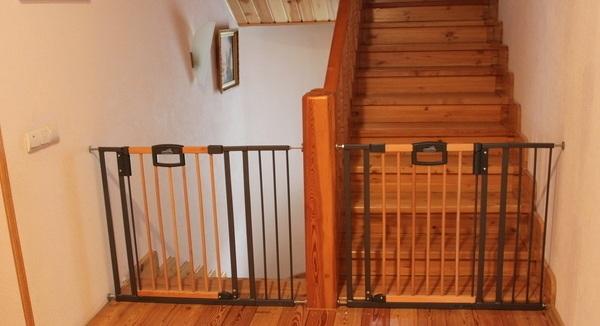 Чем закрыть лестницу от детей своими руками 701