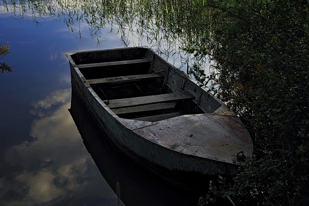 лодка на речной мели скоро догниет совсем слушать