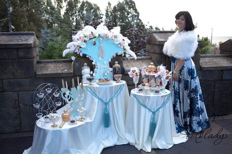 А изюминкой - кэнди-бар от студии декора Margarita Event, где дамы и кавалеры могли  полакомиться сладостями.