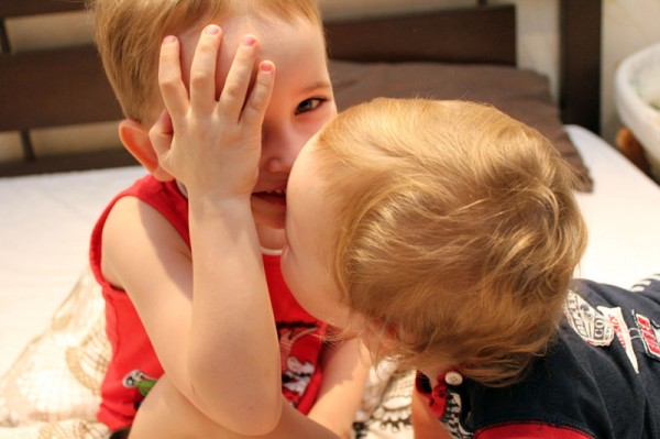 IMG_9532_целует брата