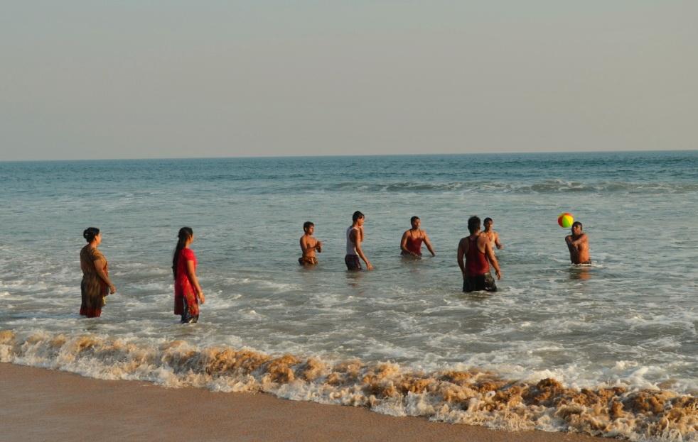 Женщины индусский пляж фото развлекаются молодые