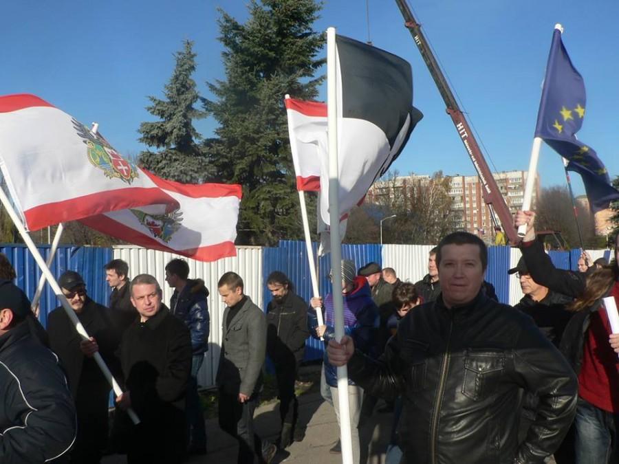 Рустам Васильев на фоне флага Евросоюза на
