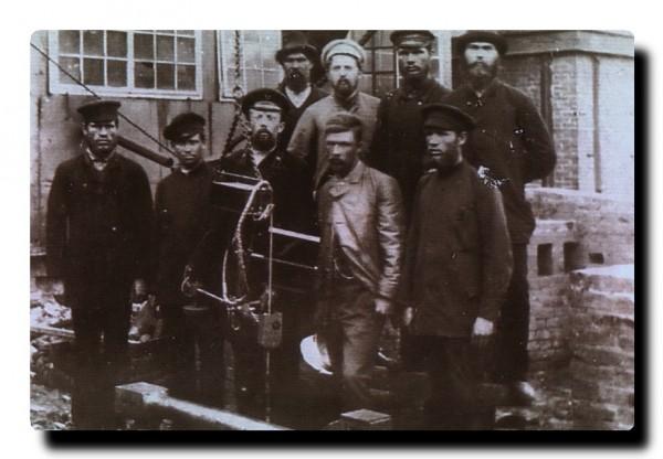8 Н. Г. Славянов с рабочими Пермских пушечных заводов. Начало XX в