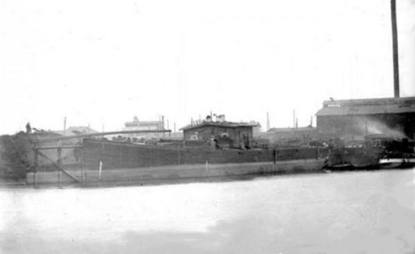 20 Баржа под разгрузкой угля. Угольный склад, район завода. 1947 год (предположительно)