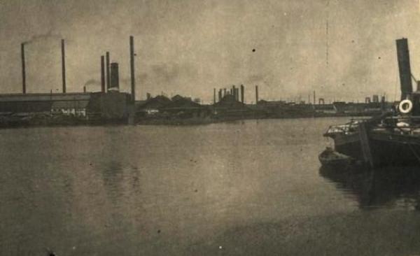 21 Завод во время разлива. Справа заводской пароходик Марат. 19 мая 1949 год.