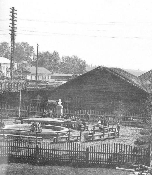 26 Зона отдыха с фонтаном около механического цеха. 1930 год (предположительно)