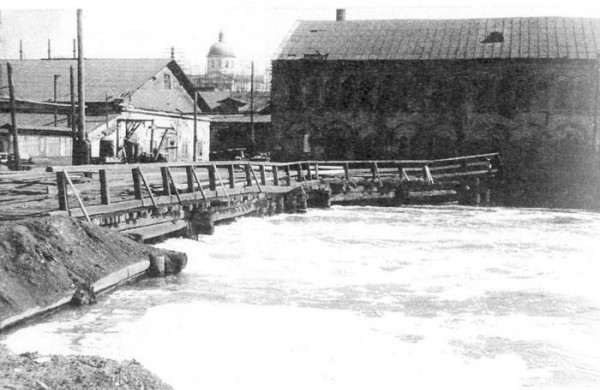 28 Мост около механического цеха. Вид со стороны нижнего пруда. 1920 год
