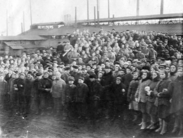 69  9 мая 1945 года. Митинг на заводе по случаю окончания войны.