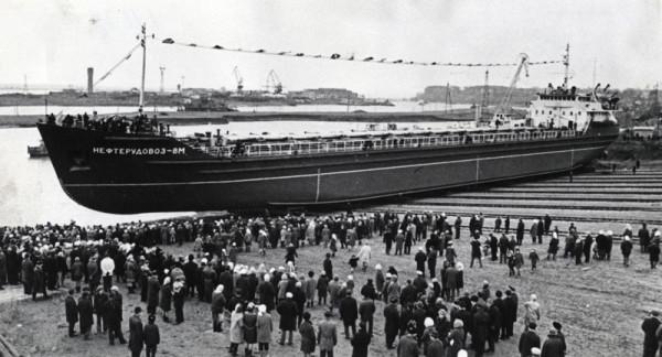 3  560 в 1971 году на судозаводе «Кама» был спущен на воду первый в стране морской нефтерудовоз.