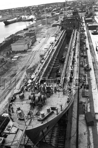 6 Строящееся судно на Пермском судостроительном заводе Кама 1970г.