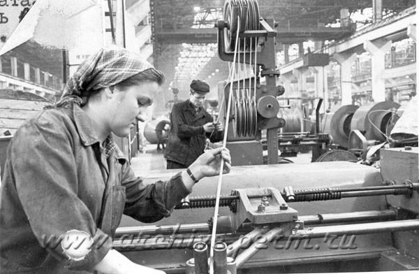 8 Прессовщики кабеля И.Трескина, А. Бельтюков на заводе «Камкабель». Декабрь 1962 г.