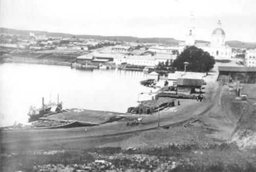 14 Сысерть. На фото виден пришвартованный пароход  Друг, возивший заводчан к берегам дальнего конца Сысертского пруда