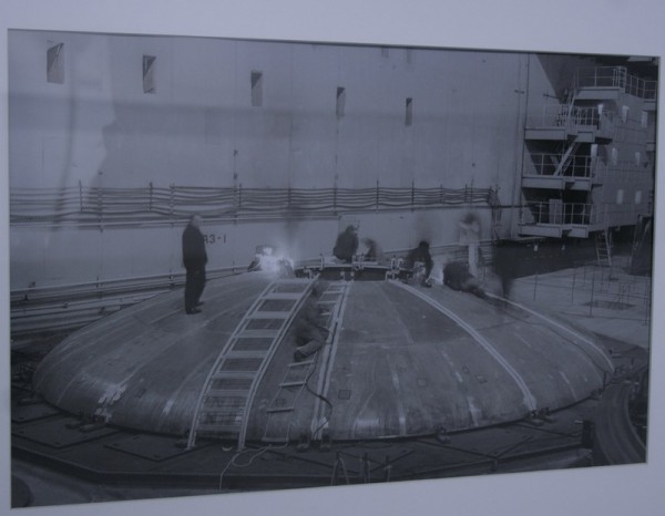 Центральный зал энергоблока 3. Монтаж корпуса реактора БН-600.  Белоярская АЭС, 1970-е.