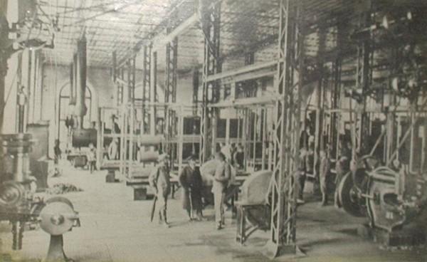 3 1898 год. Депо и механический цех АМЗ, в котором производился ремонт паровозов. На фотографии виден паровоз, стоящий в конце цеха.