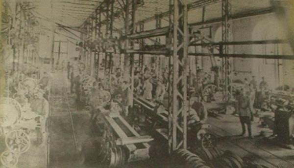 4 1898 год. Механический цех АМЗ. На переднем плане - литые вагонные колёса.