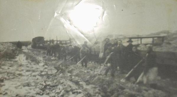 6 Погрузка песка в Мугайском карьере. Песок использовался для балластировки путей. 1952 год