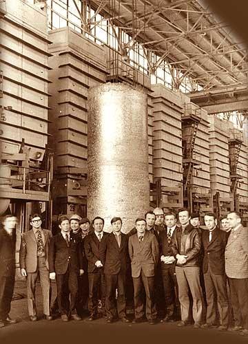 12 Возле титанового слитка массой 15 тонн. Февраль 1976 г. (ВСМПО)