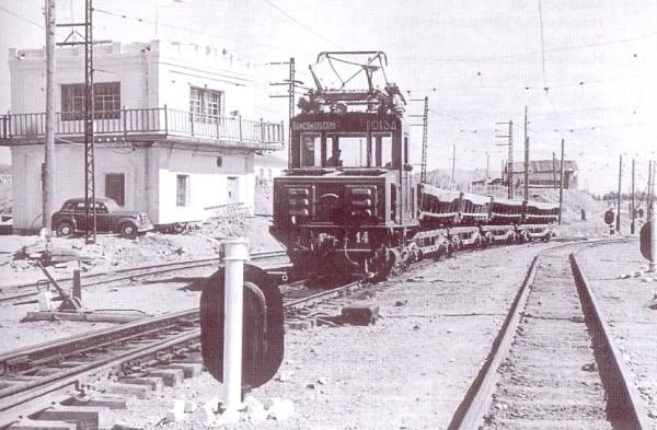 2 Неидентифицированный электровоз в районе обогатительной фабрики. 1955 год. Автор фото — А. Грахов.