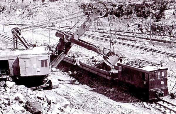 3 Электровоз А-80 в карьере. Производится погрузка асбестовой руды. 1954 год. Автор фото — И. Тюфяков.