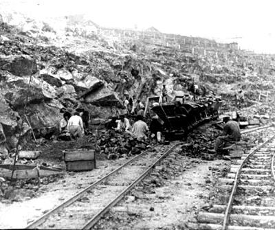 18 Погрузка руды в вагонетки наклонного подъемника. 1920 г.