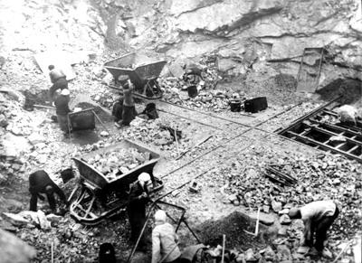 21 Погрузка руды в вагоны. 1933 г.
