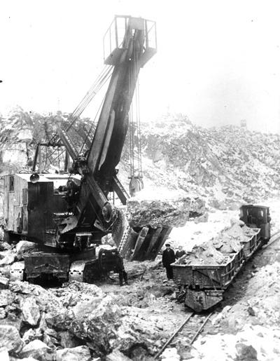 23 Погрузка руды в вагоны. 1951 г. (Ураласбест)