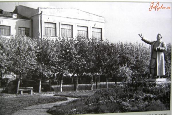 18 заводоуправление НТЗ с памятником. 1961 г.