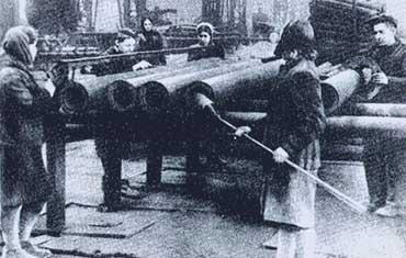 24 Продукция для фронта в цехе Новотрубного завода.