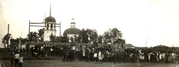 1 Куртамыш. Первомайская демонстрация на Базарной площади у Петропавловской церкви. Снимок примерно 1926-27 года.