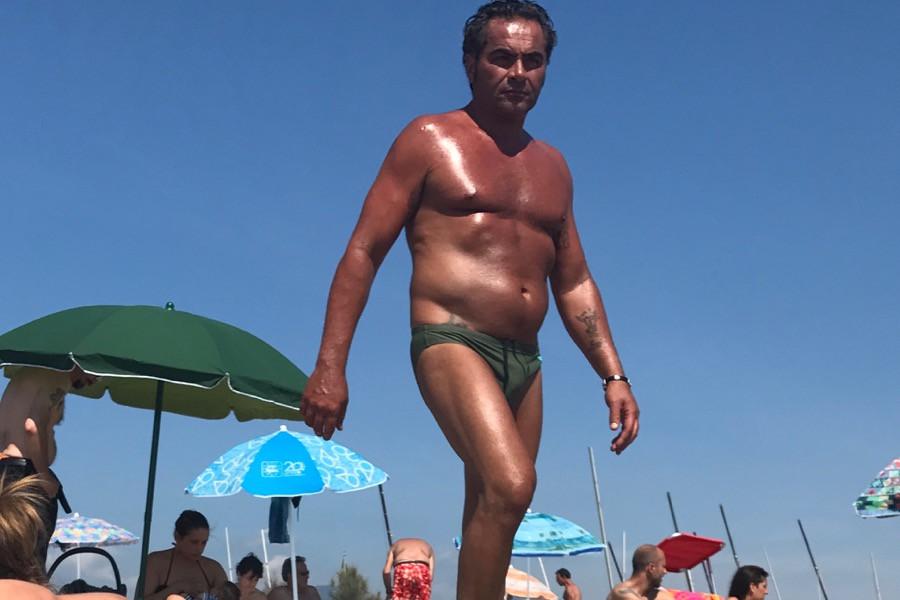 Мужики на пляже гей видео