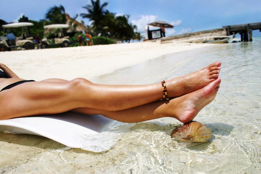Жена загорает на пляже фото