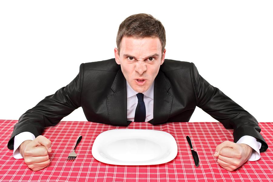 Недовольный клиент и официантка