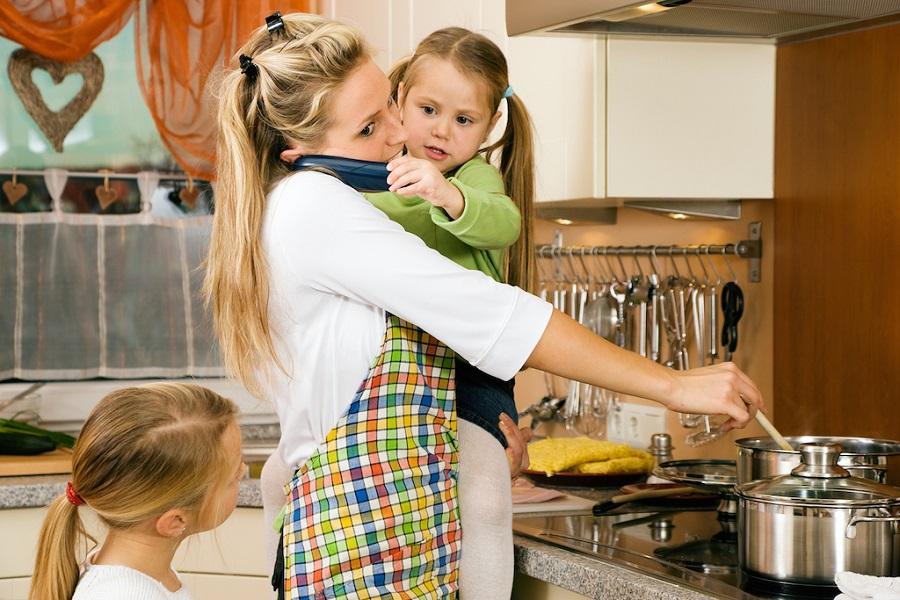 Бытовое рабство жены - жена обязана работать, а ужин приготовить по расписанию!