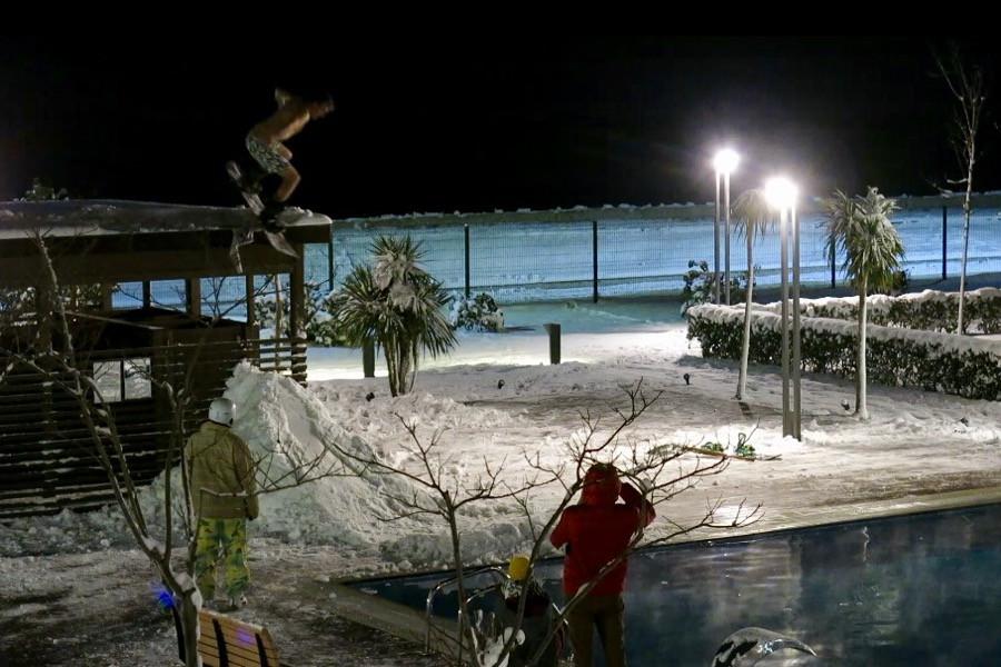 Невероятные развлечения русских сноубордистов... в бассейне!