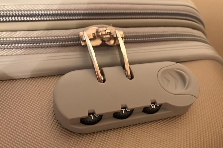Как вскрыть заклинивший кодовый замок чемодана?