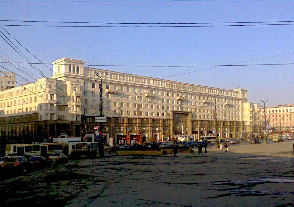 Центральный гастроном на площади Революции.
