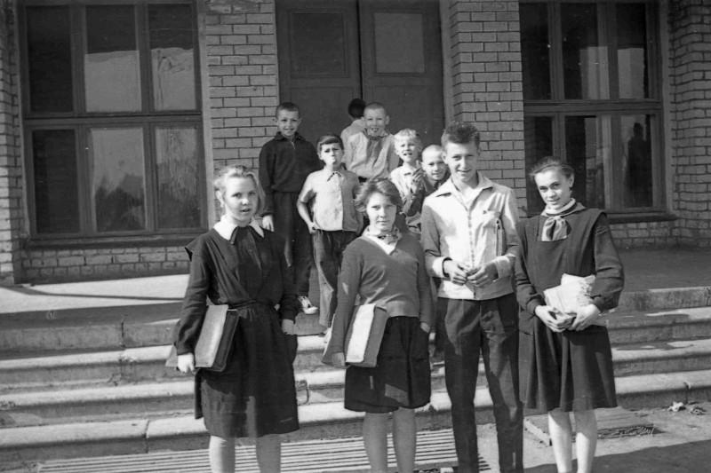 На ступенях школы №24. Одноклассники. Слева направо Вера Г; Лида Л. - староста класса, Володя Ф. Вера Г.