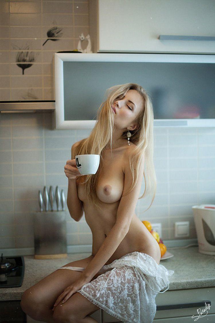 голая девушка с кофе