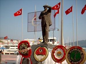 Atatürk_statue_in_Marmaris