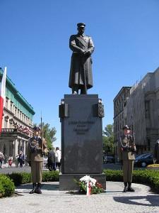 450px-Piłusdski_statue_and_honour_guards