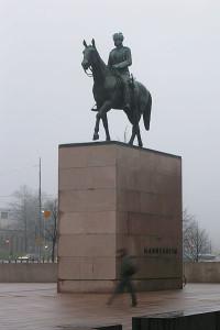 400px-Mannerheimin_ratsastajapatsas_HKI