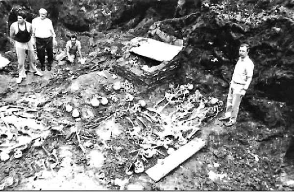 rasstrely_nkvd_04 Эксгумация жертв НКВД 1941 г. на дворе тюрьмы № 2 (Замарстиновской), г. Львов. 1991 г