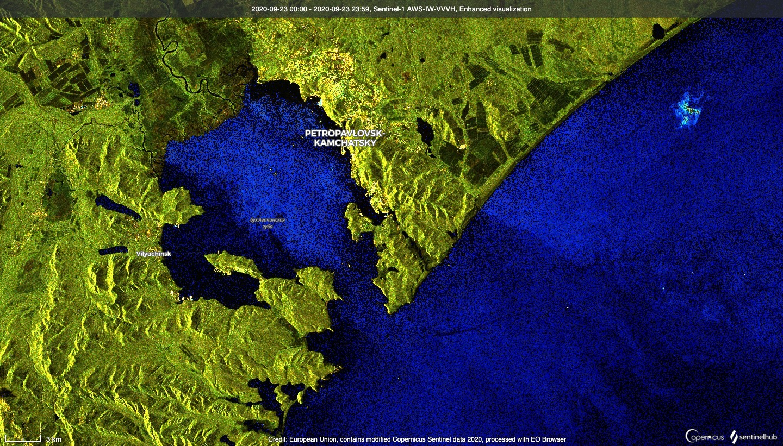 Водоросли, танкер и шторм против Камчатки