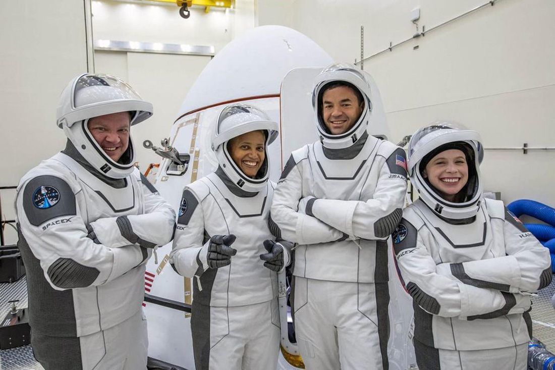 SpaceX запустил первых туристов
