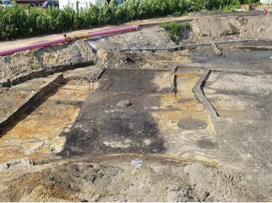 Grabungsfläche 2005, zu Straßenfluchten angeordnete Häuser
