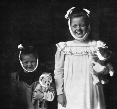 Girls_of_3_and_8_years_playing._Photo_from_the_book_Der_K_rper_des_Kindes_und_seine_Pflege_by_Carl_Heinrich_Stratz_1909