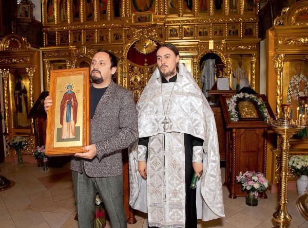 В руках у Стаса — мерная икона Марии Радонежской, подарок крестных родителей. С батюшкой Константином