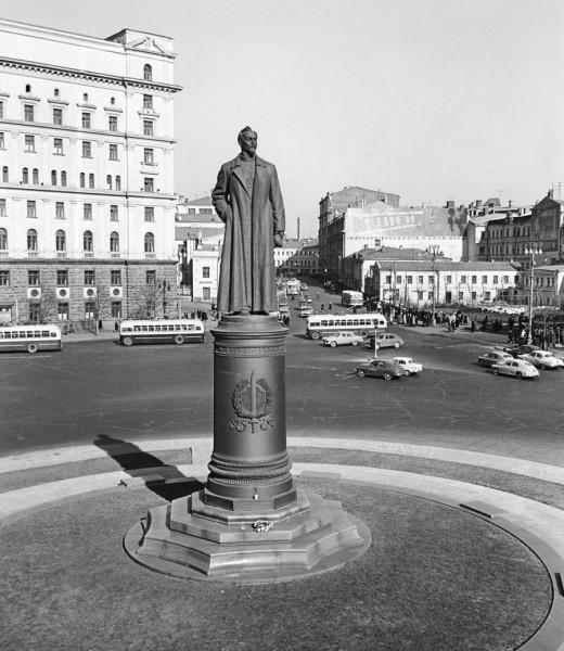 Памятник Дзержинскому на Лубянской площади должен быть восстановлен!